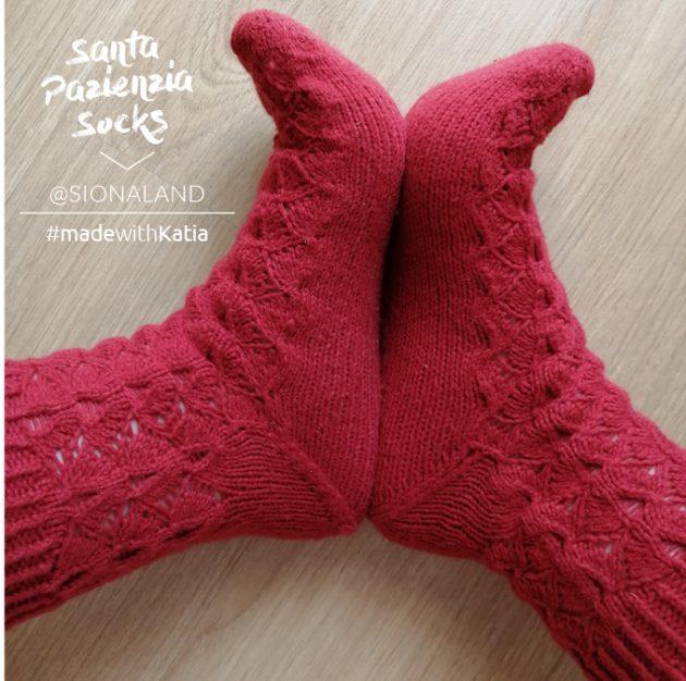 Santa Pazienzia sokken op rondbreinaalden met de magische lus - gratis breipatroon